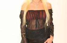 Зрелая блондиночка в черном платье