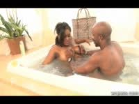 Мулатка в горячей ванной