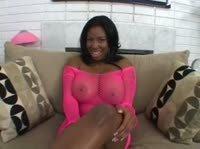 Мулатка в розовом платье