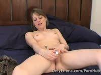 Девчонка Эмма мастурбирует киску