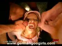 Блондинку покрывают спермой