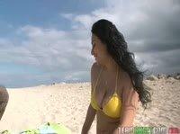 Начали знакомство на пляже