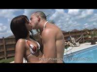 Не стесняясь друзей пара трахается у бассейна