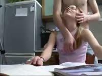 Парень отвлёк девушку от работы
