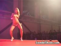 Стриптиз и анальная мастурбация на сцене