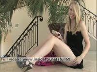 Симпотичная блондинка на полу мастурбирует