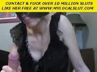 Женщина в маске мастурбировала член