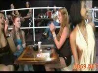 Танец негра на женской вечеринке