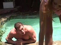 Крупный мужчина вылез из бассейна, чтобы дивчина за щеку взяла