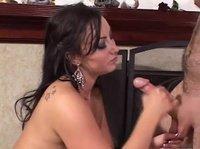 Красавица Бьянка выжимает кончу из члена