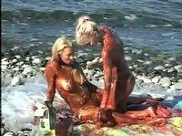 Шалости грязнуль-лесбиянок в море