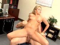 Келли скачет на письке босса в офисе