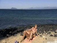 Трахает возлюбленную на пляже у моря