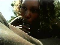 Негр с негритянкой жарится на солнышке