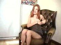Девица гоняет другу фаллос, встав с кресла