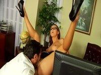 Стройная секретарша зашла к боссу, чтобы по-трахаться