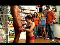 Минет и влагалищный секс на глазах у зевак в магазине
