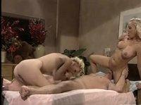 Мужчина с двумя медсестрами развлекается