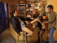 Два мужика плутовку в баре поимели