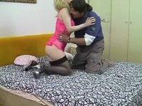 Неуклюжий мужик трахал блондинку на кровати