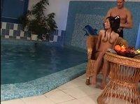Самовлюбленная Мисси дала спонсору у бассейна
