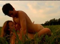 В нескольких позах симпотичные на траве трахаются