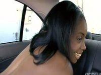 Я буду трахаться с тобой на заднем сидении авто