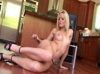 Эмоциональная блондинка играет на кухне