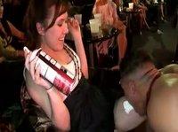 Стриптизер даст за щеку симпатичным девкам
