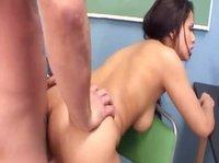 Преподаватель трахается со студенткой в лаборантской