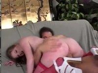 Телка трахается с другом на диване