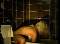 Красавица в ванне шалит и моется