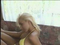 Девица перед своим парнишкой снимала бикини