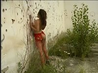 Эротика у заброшенного здания