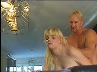 Грозный блондин трахает девчонку на бильярдном столе