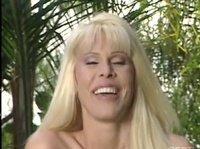 Что делают блондинки возле бассейна?
