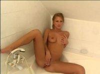 Девчонка в ванне письку пальчиками мнет