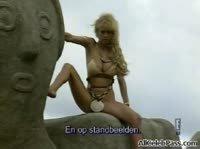 Блондинка устроила фото сессию