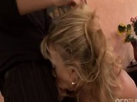 Подруга-блондинка без сомнения возьмет в рот