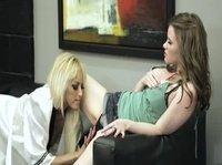 На маленьком диванчике Алексис с двумя подругами и другом трахалась