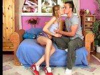 Красивенькие влюбленные сидя целуются
