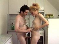 Трахаются на кухне, используя крем