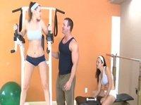 Тренер помогает двух девушкам