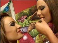 Лесбиянки много пьют и дрочкой занимаются