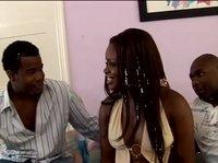Негритянка с двумя чуваками общалась