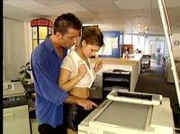 Объясняет, как пользоваться сканером и сиськи тискает