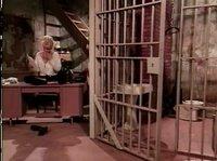 Две женщины зашли в клетку