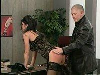Мужик бьет секретаршу по заднице