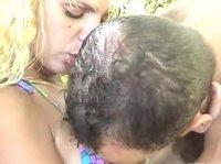 Поцелуй в губы и ласки сисечек