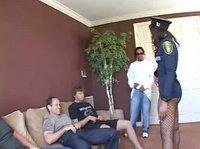 Темнокожая полицейская заскочила на секс к ребятам